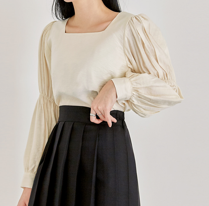[TOP] GLIAN SHIRRING SQUARE NECK BLOUSE